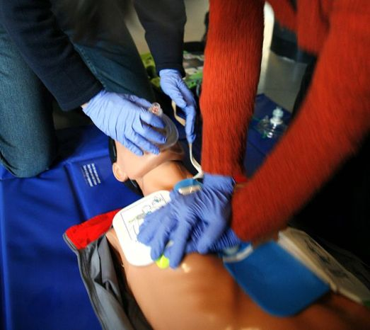 672px-CPR_training-04